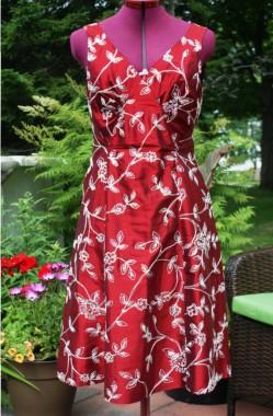 Robe de soie brodée